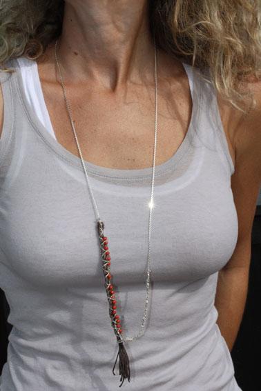 Julie Schouvey / Sautoir taupe et rouge