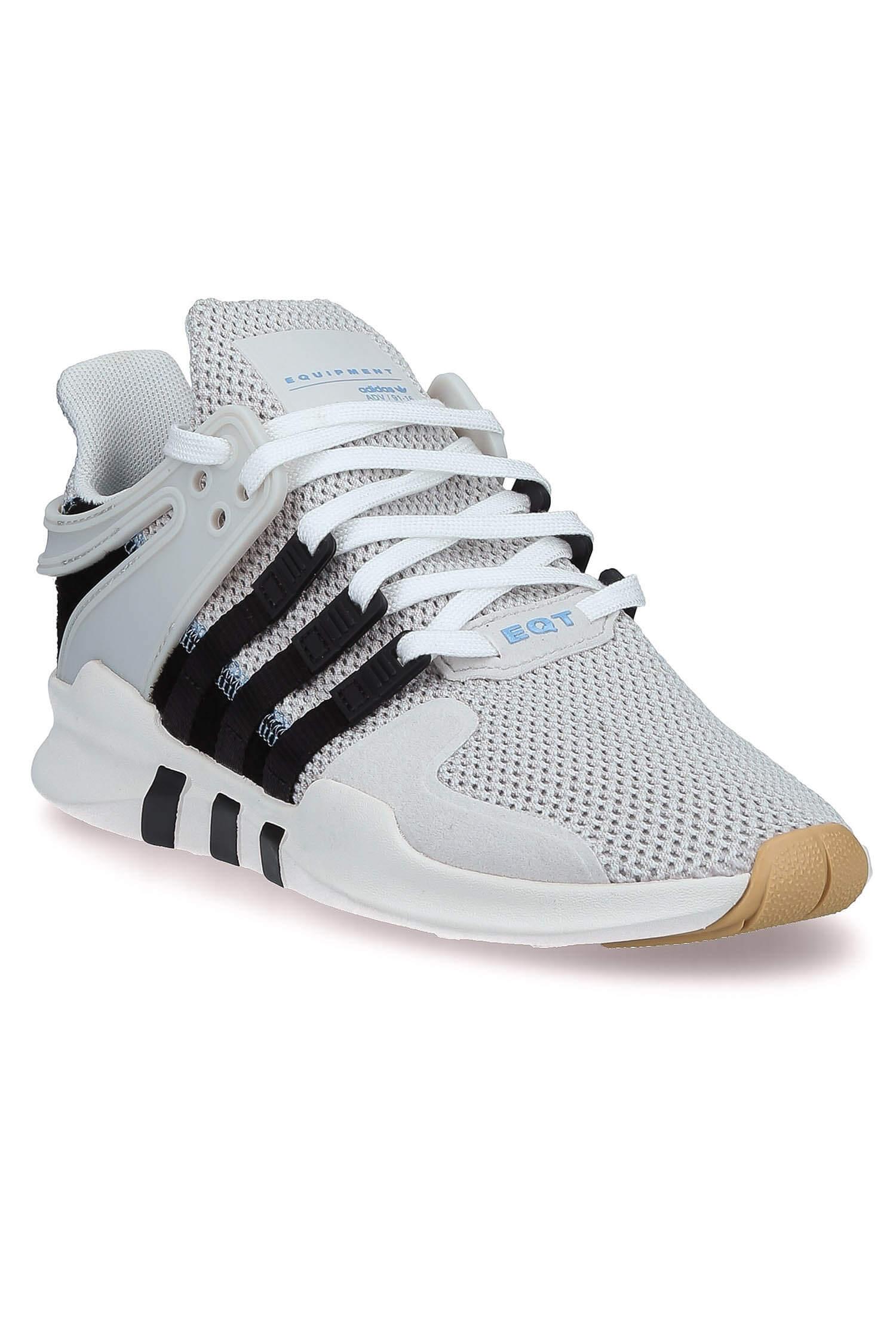 chaussures adidas à bande noires femmes avec un jean